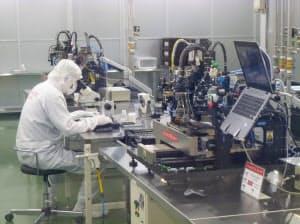 コネクテッドジャパンは従来に比べ、必要な設置面積が30分の1以下の組み立て装置を導入(新潟県妙高市)