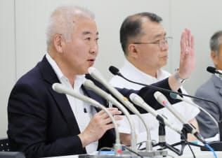 記者会見で事故について説明する横浜シーサイドラインの三上社長(左)(2日、横浜市金沢区)