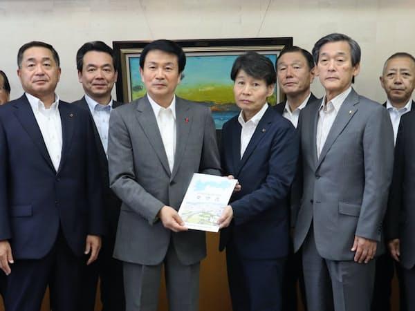 北千葉道路の早期整備に関する要望書を受け取った森田健作知事(右から5人目。6月4日、千葉県庁)