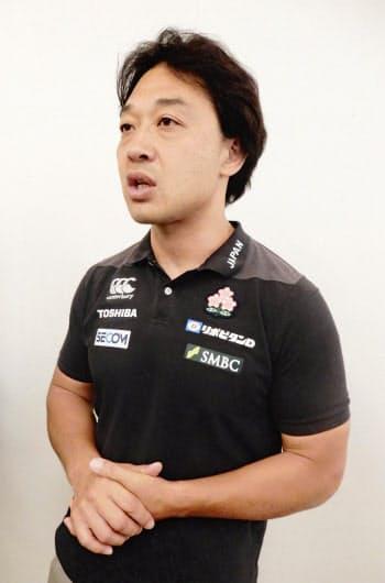 帰国し、取材に応じるラグビー7人制男子日本代表の岩渕ヘッドコーチ(4日、羽田空港)=共同