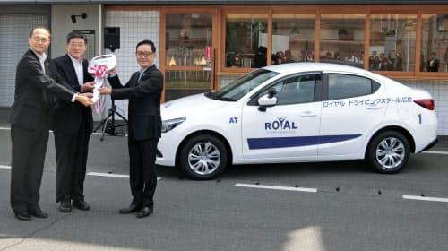 マツダは小型車「デミオ」をベースにした教習車を納入した(広島市)