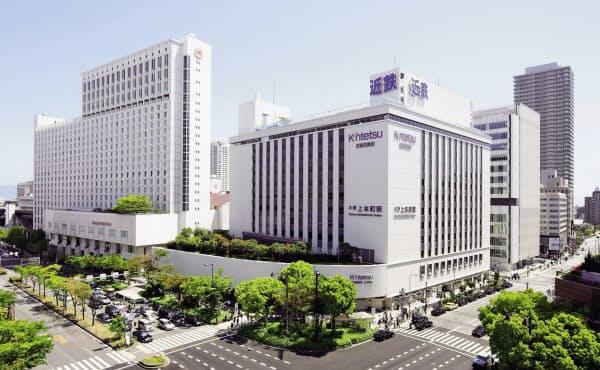 大阪上本町駅は百貨店(写真手前)、ホテル(写真奥)と一体になっている(大阪市)