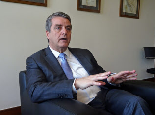 取材に応じるWTOのアゼベド事務局長(4日、ジュネーブ)