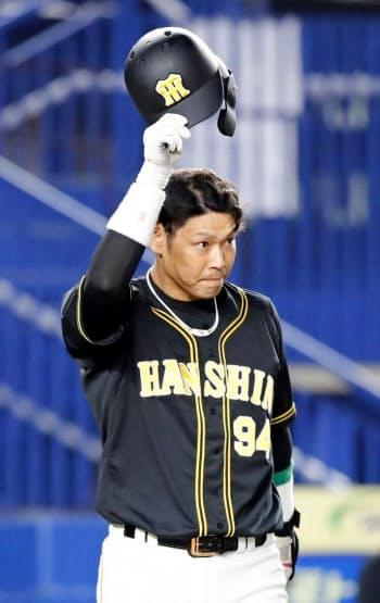 9回、代打で復帰出場し、観客の声援に応える阪神・原口(4日、ZOZOマリン)=共同