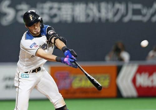 10回日本ハム1死二、三塁、大田がサヨナラの中犠飛を放つ(4日、札幌ドーム)=共同