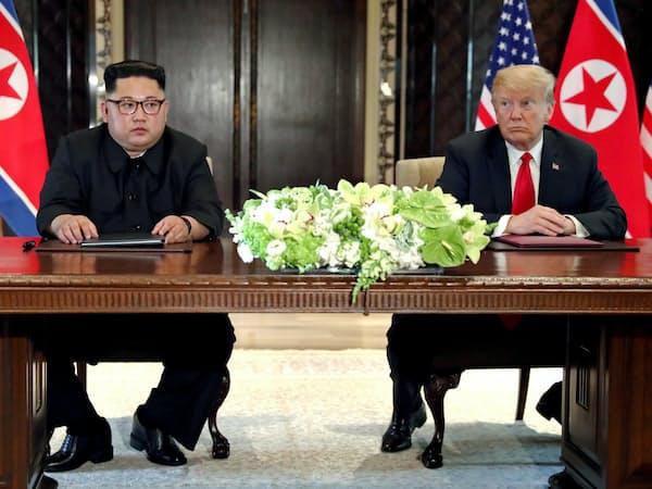 昨年6月12日にシンガポールで会談したトランプ米大統領(右)と北朝鮮の金正恩委員長=ロイター