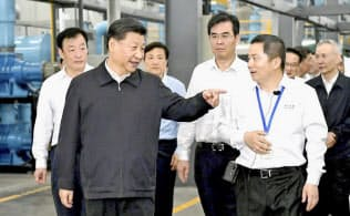 5月、中国江西省のレアアース関連企業を視察する習近平国家主席=新華社・共同