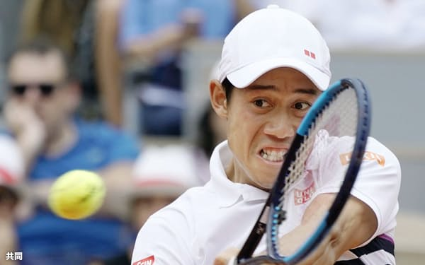 男子シングルス準々決勝 ラファエル・ナダルと対戦する錦織圭(4日、パリ)=共同