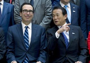 ムニューシン米財務長官(左)と麻生財務相は4月以来の会談にのぞむ=AP