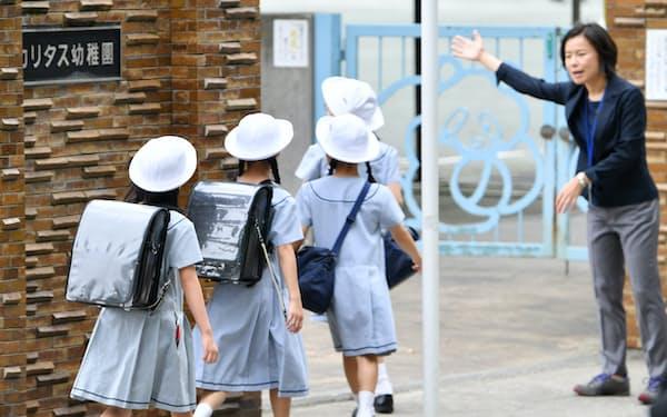 授業が再開され、登校するカリタス小の児童(5日午前、川崎市多摩区)