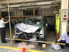事故を起こした乗用車(5日、福岡市早良区)