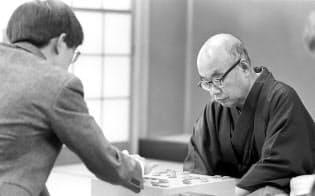 羽生九段が初対戦した時の大山康晴十五世名人(1987年11月=中野 英伴撮影)