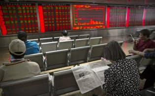 5月31日、北京の証券会社で株価を見守る中国の投資家=AP