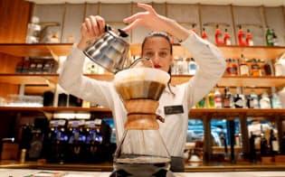 場所代、従業員の専門技能、ブランド価値がコーヒーの値段の大半を占める=ロイター