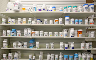 薬局の棚に並ぶ医薬品(米ユタ州)=ロイター
