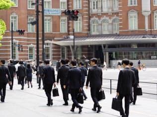 6月1日の東京・丸の内。就職面談を終えたリクルートスーツ姿の学生が多数歩く