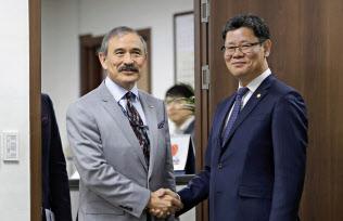 韓国の金錬鉄統一相(右)と握手するハリー・ハリス駐韓米大使(4月、ソウル)=AP