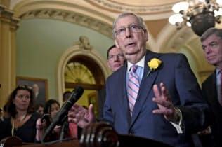 共和党の会合後に対メキシコ関税に懸念を示すマコネル上院院内総務(4日、ワシントン)=AP