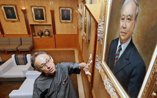 歴代知事の肖像画を前に語る玉城デニー沖縄県知事