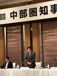 静岡市内で開かれた中部圏知事会議であいさつする静岡県の川勝平太知事(右)
