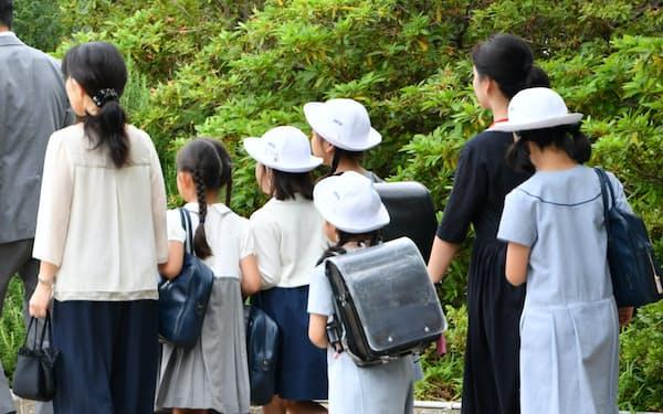 授業が再開され、登校するカリタス小の児童ら(5日、川崎市多摩区)