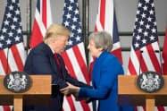 トランプ米大統領(左)はポーツマスでの式典に先立ち、ロンドンでメイ英首相と共同記者会見に臨んだ(4日、ロンドン)=ロイター