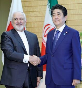 安倍晋三首相がイランを訪問する方向で調整が進む(来日したイランのザリフ外相と握手する安倍首相、5月16日、首相官邸)