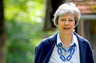 メイ英首相は、後任の保守党党首が選出された後も、新首相が決まるまでは暫定的に職務を続ける=ロイター