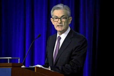 パウエル議長は新たな金融緩和策を検討する考えを示した(4日、シカゴ)=AP