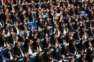 タイの首相指名選挙を前に議論する国会議員(5日午後、バンコク)=三村幸作撮影