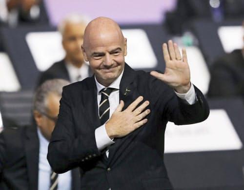 国際サッカー連盟の会長選で再選されたジャンニ・インファンティノ氏(5日、パリ)=ゲッティ共同
