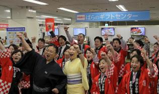 岡山高島屋では浴衣姿の山田周二社長(前列左から2番目)らが開店前に気勢を上げた(5日、岡山市)