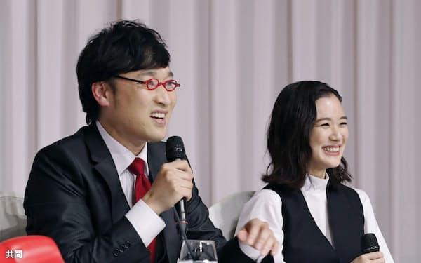 笑顔で結婚報告の記者会見をするお笑いコンビ南海キャンディーズの山里亮太さん(左)と女優の蒼井優さん(5日午後、東京都内のホテル)=共同