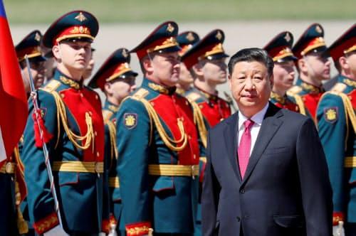 中国は米国に対抗する姿勢を崩さない(5日、ロシアに到着した習近平国家主席)=ロイター