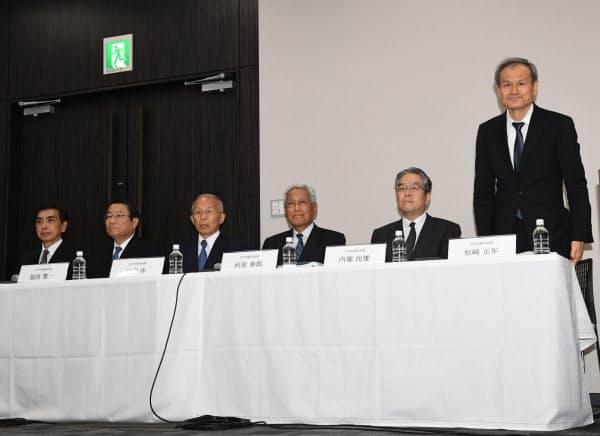 記者会見するLIXILグループ社外取締役候補の松崎正年氏(右)ら