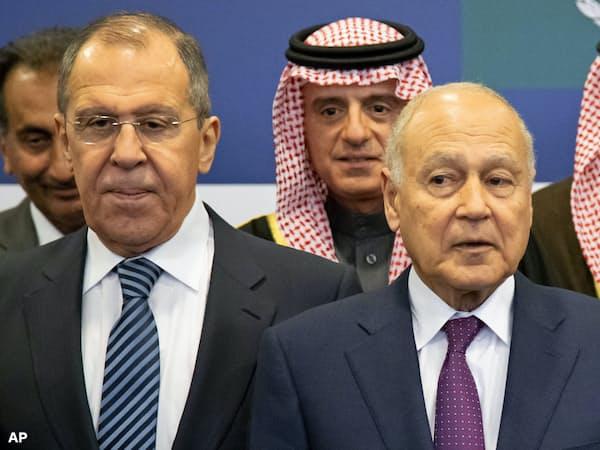 ロシアのラブロフ外相(前列左)はモスクワにアラブ連盟のアブルゲイト事務局長(同右)らを招いた(4月16日)=AP