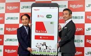 楽天ペイのアプリで電車やバスが利用できる(5日午後、JR東日本の野口忍常務執行役員(左)、楽天ペイメントの中村晃一社長)