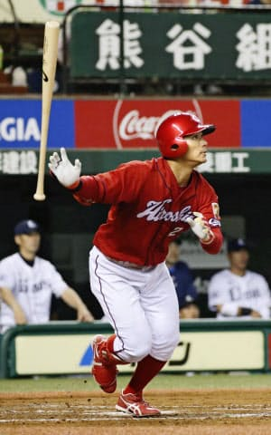 八回1死、田中広が右越えに満塁本塁打を放つ=共同