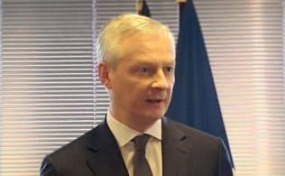 5日、記者団の質問に答えるルメール仏経済・財務相(パリ)