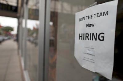 民間調査によると米雇用は5月、急激に伸びが鈍化した=AP