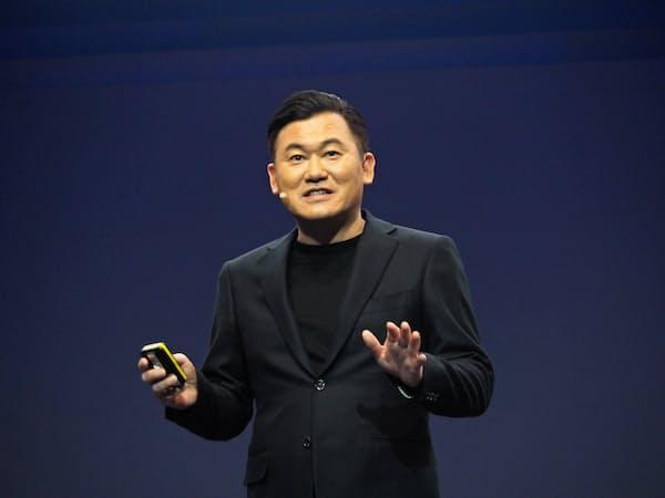 楽天の三木谷氏はクラウド技術を生かした携帯インフラの強みを強調する