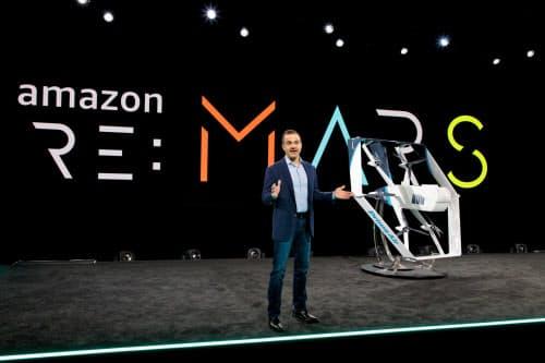 5日、ドローン配送について発表するアマゾンのウィルケ副社長(ラスベガス)