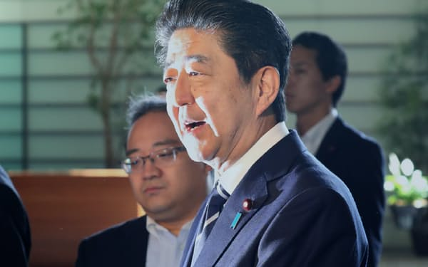 通算在職日数が歴代3位となり、報道陣の問いかけに答える安倍首相(6日午前、首相官邸)