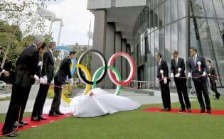 5月に竣工した「ジャパン・スポーツ・オリンピック・スクエア」と五輪マーク。JOCや日本スポーツ協会が事務局を置く=共同
