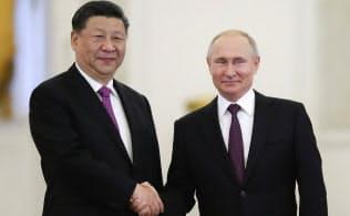 対米戦略を背景に、プーチン大統領(右)と習近平国家主席は親交を深めている(5日、モスクワ)=ロイター