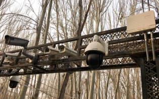 新疆ウイグル自治区では、至る所に監視カメラが設置されている(カシュガル市内のモスク入り口)=ロイター