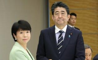 規制改革推進会議の大田議長(左)から答申を受け取る安倍首相(6日、首相官邸)