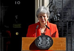 メイ首相は、最後は声を震わせながら、首相を退任する意向を表明した(5月24日)=ロイター