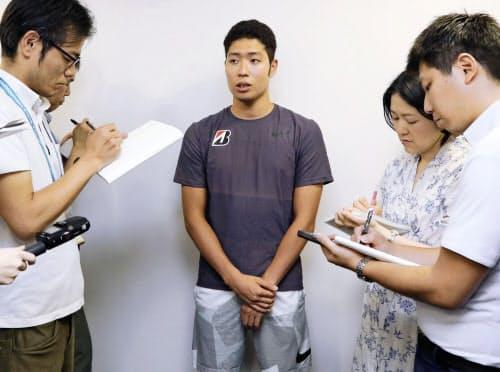 東京都内で報道陣の質問に答える萩野公介(6日午後)=共同
