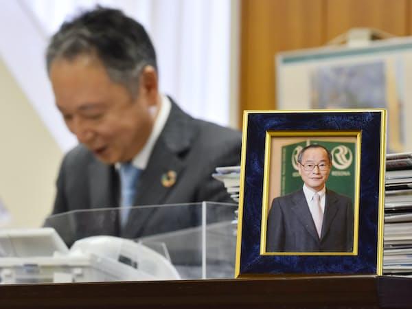 埼玉りそな銀行社長の池田の執務室には故細谷英二氏の写真がある